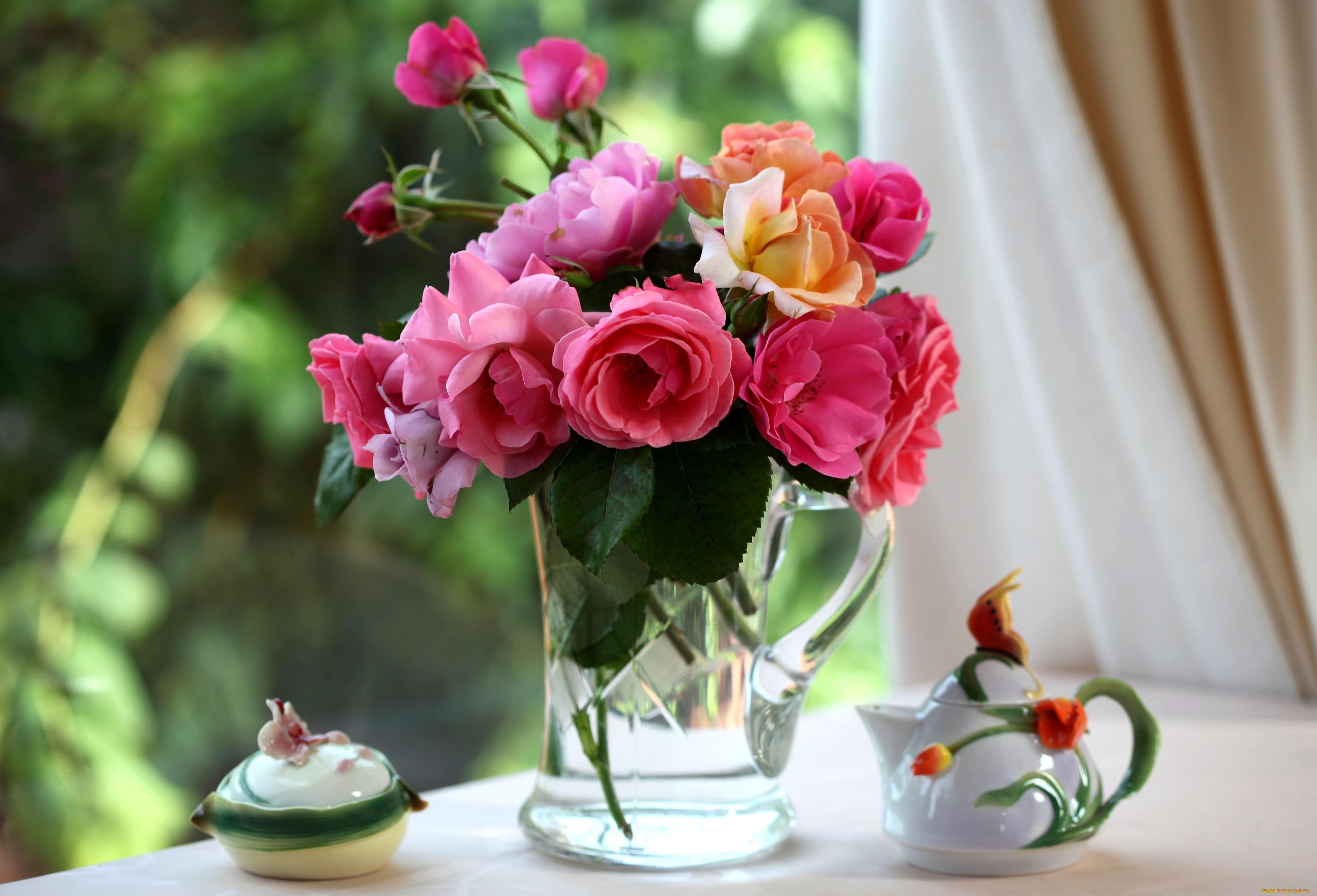 красивый букет цветов в вазе на столе настройках смартфона может